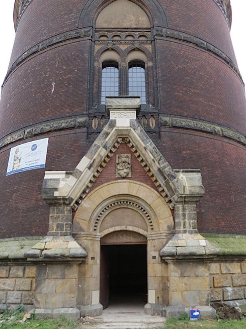 muennich_Neuer-Wasserturm_Dessau_Eingangsportal-2015-saniert_810x1080px