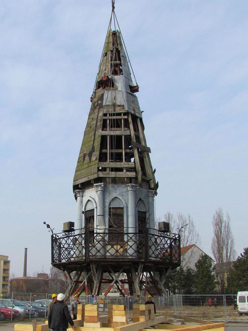 muennich_Neuer-Wasserturm_Dessau_Laterne-am-Boden-unsaniert-2012_810x1080px