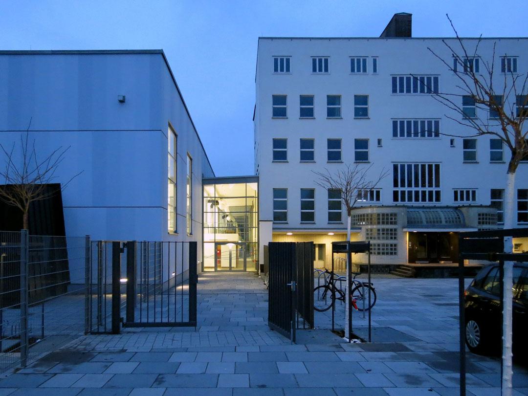 muennich_Sporthalle_Philantropinum_Dessau_Haupteingang-am-Abend_1080x810px