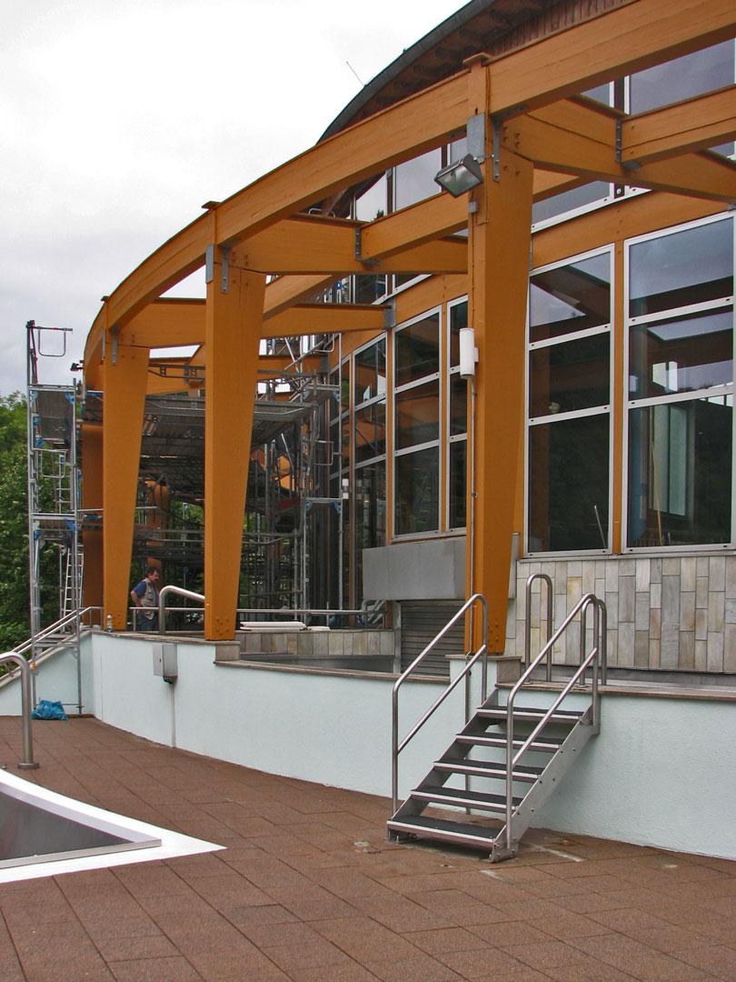muennich_Freizeitbad-Thyragrotte_Stollberg_SANIERUNG_Neue-Edelstahltreppe-zum-Ganzjahresaussenbecken_810x1080px