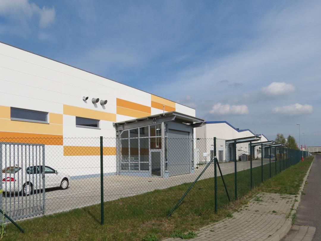 muennich_ORWO-NET_Wolfen_Halle4_Verglaster-Eingangsvorbau-Suedseite_1080x810px