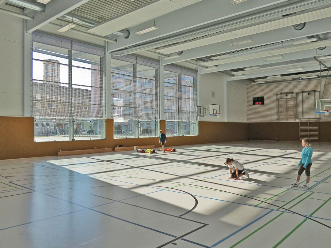 muennich_Sporthalle_Philantropinum_Dessau_Innenansicht-mit-Suedverglasung-Blick-zum-Museum_1080x810px