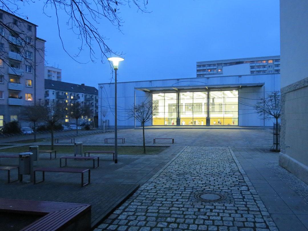 muennich_Sporthalle_Philantropinum_Dessau_Suedansicht-am-Abend_1080x810px